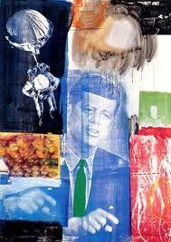 """Esta obra se llama """"Retrospective"""" está fechada en 1963 y es obra de Robert Rauschenberg. Los elementos se yuxtaponen para conseguir mezclar con habilidad recortes de diversas publicaciones. Con ello logra una visión colorista de la realidad social de una época determinada gracias a aquello que se ha convertido en una ventana al mundo, los medios de comunicación."""