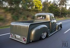 Hot Wheels - Awesome shot via of the man bad ass Chevrolet 3100 split window rolling hard with that on so sweet! Pickup Car, Classic Pickup Trucks, Ford Pickup Trucks, 54 Chevy Truck, Custom Chevy Trucks, Custom Cars, Small Trucks, Cool Trucks, Big Trucks