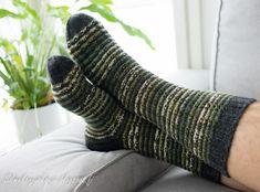 Minulla oli kerä vihreää seiskaveikka Polkka -lankaa ja tilaus miesten sukista. Yksistään kirjavasta langasta neulominen ei oikein houkut... Knitting Socks, Knit Socks, Leg Warmers, Fingerless Gloves, Mittens, Knitting Patterns, Crafts, Yoga, Men