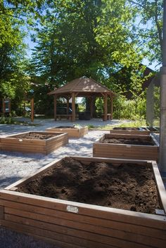 Ekologiczny ogródek: wiata sześciokątna i donice modrzewiowe