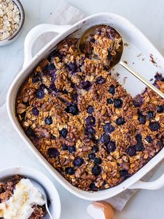 Coconut Blueberry Baked Oats - a filling healthy breakfast made with wholegrain oats, shredded coconut and juicy blueberries. This oat slice is perfect for meal prep! #bakedoats #glutenfree #dairyfree #healthybreakfast #mealprep #oats 》@onelittlexavin《