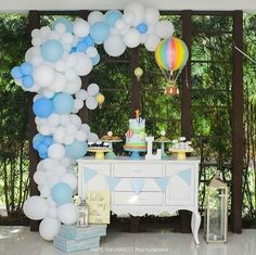 Checklist to organize a Baby Shower - Celebrat : Home of Celebration, Events to Celebrate, Wishes, Gifts ideas and more ! Ballon Arch, Balloon Backdrop, Balloon Columns, Balloon Garland, Balloon Decorations, Air Balloon, Shower Party, Baby Shower Parties, Baby Shower Themes