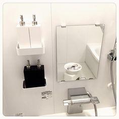 . . Dispenser変えました。 ってもう結構たちますが…。 . . 鏡に映ってるのは 次女の上靴オキシでつけ置き中。 . 次女 明日は創立記念日で 三連休。 . . 壁のシール気になる。 皆さんは剥がしてますか⁇ . . #Interior #bathroom #myhome #monotone #Dispenser #White #Black #instapic #ディスペンサー #お風呂場 #白黒 #白黒インテリア #オキシクリーン #つけ置き #上靴