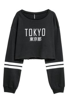 Cropped sweatshirt Cropped top in lightweight, printed sweatshirt fabric with dropped shoulders, long sleeves with ribbed cuffs, and a cut-off, raw-edge hem. Teen Fashion Outfits, Edgy Outfits, Cute Casual Outfits, Girl Outfits, Emo Fashion, Curvy Fashion, Fall Fashion, Style Fashion, Kleidung Design