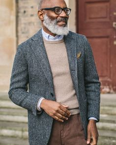 How to wear: grey herringbone wool blazer, beige crew-neck sweater, light blue vertical striped dress shirt, brown chinos Wool Blazer Mens, Tweed Sport Coat, Tweed Jacket, Sport Coats, Grey Tweed Blazer, Beige Sweater, Gentleman Mode, Gentleman Style, Moda Men