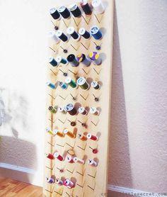 Usa algunos clavos y una tabla para construir un sencillo organizador para hilos... | 45 trucos para organizar y transformar tu habitación de manualidades