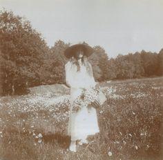 Grand Duchess Marie Nikolaevna com um cesto de flores na Crimeia em 1914.