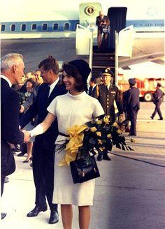 Phu nhân Jacqueline Kennedy Một trong những xu hướng do bà khởi xướng ở đầu những năm 60 là chiếc mũ hình hộp và cách mặc váy rời. Với chiếc mũ hình hộp phom cứng được thiết kế bởi Halston, bà Jacqueline tự tin xây dựng hình ảnh thanh lịch, sang trọng và quyền quý. Năm 1960, thời trang mũ hộp sang trọng của bà đã chinh phục nhiều thiếu nữ lúc bấy giờ.