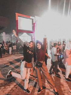 Raise your hands Concert Ootd, Concert Fashion, Modern Hijab Fashion, Hijab Fashion Inspiration, Casual Hijab Outfit, Ootd Hijab, Trendy Outfits, Fashion Outfits, Hijab Fashionista