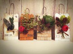 友人へのクリスマスプレゼントに考えて作りました☆*。 100均材料で作ったプラントホルダーです✨ 道具も100均で揃っちゃいます アレンジ次第でいろんな表情を見せてくれますよヽ(´▽`)ノ Artificial Flower Arrangements, Artificial Flowers, Flower Frame, My Flower, Craft Stick Crafts, Diy And Crafts, Christmas Wreaths, Christmas Crafts, Flower Stands