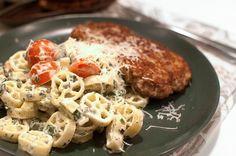 parmesanbiffar och Krämig pasta med crème fraiche, färskost, basilika, spenat och tomater