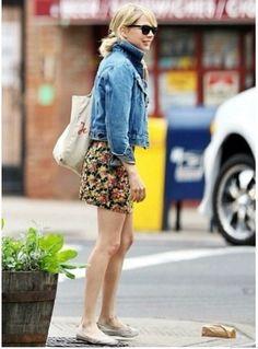 デニムジャケット、花柄スカート