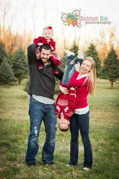 Perfect family christmas card photo www.shannonraephotos.com