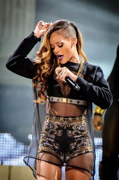 RiRi is the only one who can pull off this hairstyle. My FAV look for her! Legit! lovelovelove ♥