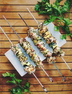 Šťavnaté špízy z cukety a kuřecího voní po bylinkách a česneku; Greta Blumajerová Barbecue, Grilling, Vegetables, Cooking, Recipes, Food, Kitchen, Barbecue Pit, Bbq Grill