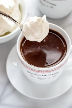 French Hot Chocolate with Whipped Cream I can not wait to try this out. Just add the milk, cream, powder sugar, and espresso in a pan and heat til it bubbles around the edges. Stir in chocolate. Top with whip cream. Hot Chocolate Bars, Hot Chocolate Recipes, French Hot Chocolate Recipe, Hot Chocolate With Cream, Chocolate Roulade, Chocolate Smoothies, Chocolate Shakeology, Lindt Chocolate, Desert Recipes