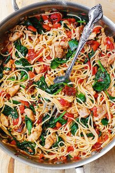 Tomato Basil & Spinach Chicken Spaghetti – healthy, light, Mediterranean style dinner, packed with vegetables, protein and good oils. Use whole wheat pasta in this recipe to keep it clean eating friendly. Pin now to try later! Huhn Spaghetti, Spaghetti Spinach, Spaghetti Squash, Spaghetti With Chicken, Vegetarian Spaghetti, Chicken Tomato Pasta, Spinach And Tomato Pasta, Basil Chicken, Tomato Tomato