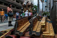 Des ornements en attente d'être posé sur son char