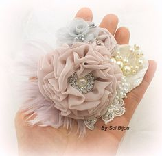 Wedding Hair Clip Dusty Rose Gold Bridal Fascinator with Flowers and Pearls Vintage Elegant Style Fleurs Style Shabby Chic, Flores Shabby Chic, Bridal Hair Fascinators, Fascinator Hairstyles, Bridal Hairstyles, Lace Flowers, Fabric Flowers, Ribbon Flower, Feather Hair Clips