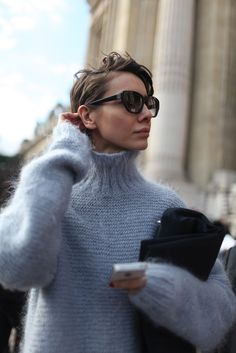 Älskar den här mohairtröjan!! Paris Fashion Week street style. [Photo by Kuba Dabrowski]