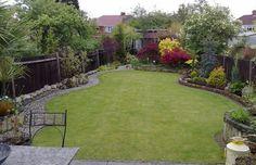 aménager le petit jardin avec allée pavée, pelouse et plantes