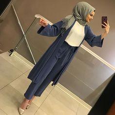 Image may contain: 1 person, standing and phone Modest Fashion Hijab, Modern Hijab Fashion, Casual Hijab Outfit, Hijab Fashion Inspiration, Hijab Chic, Muslim Fashion, Hijab Dress Party, Simple Hijab, Hijab Fashionista