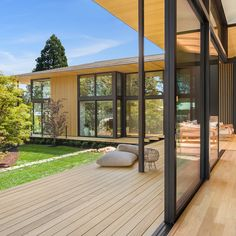 Modern masterpiece Suteki House near Portland, Oregon, was created by world-renowned architect Kengo Kuma to blend seamlessly into the landscape for the ultimate in indoor-outdoor living. Kengo Kuma, Japanese Spa, Japanese House, Indoor Outdoor Living, Outdoor Decor, Portland Japanese Garden, Inspiration Design, Design Ideas, Vintage Design