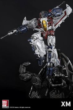 XM Studios is excited to present our next Transformers Premium Collectibles series statue, Starscream! The treacherous, shrewd and cunning Decepticon is immortalized in amazingly detailed 1:10 scale cold-cast porcelain. Each painstakingly handcrafted statue is individually hand-painted with the famous XM quality finish. Crafted from scratch, every nut, bolt and wire is designed and sculpted ground up by a team in love with the Transformers G1 era of cartoons, our childhood favorite 80s…