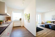 Küche mit Sicht ins Wohnzimmer