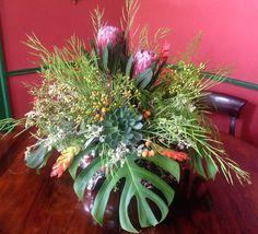 Lindeza de arranjo tropical. Tem king protea, suculenta, costela de Adão, frutinhas e sementes. Tem harmonia, leveza e beleza. Amamos muito tudo isso #ohlindeza #conceptwedding #wedding #casamento #weddingdecor #decoracaodecasamento #flores #flowers #floraldesign #arranjosflorais #flowersarrangement #floweroftheday #florestropicais #succulents #suculentas #kingprotea #casamentonaserra #casamentonafazenda #casamentoFernandaeNestor