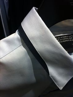 Collar detail adds some color and class. Would be nice in men's shirt as well. in kraag hemd Collar Designs, Shirt Designs, Der Gentleman, Only Shirt, Fashion Details, Fashion Design, Herren Outfit, Formal Shirts, Collar Shirts