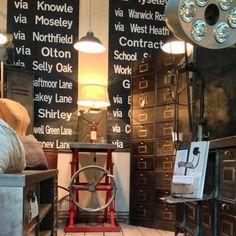 Objets design et industriels lampes d'atelier, horloge de gare, chaises, enseignes et projecteurs