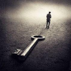 Chissà se troverò la chiave del dilemma per schiudere la soglia sibillina, forse trascinerò quel fardello immaginario, l'ennesimo delirio della mente, nell'infinito dedalo proibito, un groviglio ma…