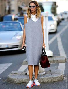 Look de Candela Novembre com vestido midi cinza + tênis.