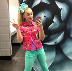Peace out!💕✌🏼 What are you doing today? Jojo Siwa Age, Jojo Siwa's Phone Number, Dance Moms Season 5, Diy Converse, Jojo Siwa Outfits, Emma Watson Sexiest, Jojo Bows, Queen, Unicorns