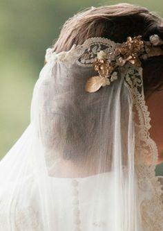 Anne Morin I Blanche comme neige Veil Hairstyles, Wedding Hairstyles, Simply Wedding Dress, Wedding Veils, Wedding Dresses, Bride Veil, Romantic Wedding Inspiration, Queen Dress, Bridal Make Up