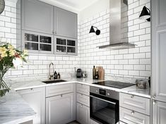 I like the fresh vibe of this grey and marble kitchen. It could be because of the sun beaming in, or because of the beautiful bouquet of flowers on the countertop. The white tile wall with black grout goes almost … Continue reading → Kitchen Lamps, Home Decor Kitchen, Kitchen Interior, Kitchen Design, Nice Kitchen, Grey Kitchens, Cool Kitchens, Apartment Interior Design, Interior Design Living Room