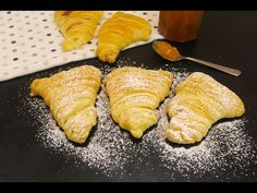 INGREDIENTS 1 puff pastry roll of melted butter of ricotta of jam Powdered sugar to taste PREPARATION Take a puff pastry roll and get three stripes out of it. Italian Pastries, Italian Desserts, Just Desserts, Italian Recipes, Puff Pastries, Sfogliatelle Recipe, Queso Ricotta, Baking Bad, Breakfast Recipes