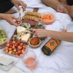 Cute yummy delicious food picnic aesthetically pleasing Cute Food, Good Food, Yummy Food, Food N, Food And Drink, Comida Picnic, Jai Faim, Picnic Date, Brunch