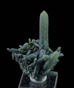 Green Quartz Cluster with Hematite Rosette from Serifos, Greece Crystals Minerals, Rocks And Minerals, Stones And Crystals, Mean Green, Mineralogy, Green Quartz, Green Rose, Rocks And Gems, Quartz Cluster