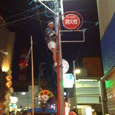 戻り竿燈で電線に引っかかったのを外す為、電柱に登る人を発見(^◇^;)