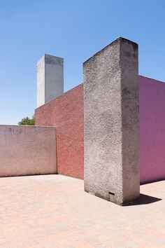 Surprisingly and refreshingly pale colours on modernist building. By Mexican architect Luis Barragan Architecture Design, Amazing Architecture, Landscape Architecture, Built Environment, Magenta, Interior And Exterior, Construction, Design Inspiration, Urban