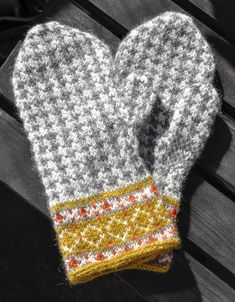 Knitted Mittens Pattern, Knit Mittens, Mitten Gloves, Knitting Socks, Knitted Hats, Knitting Charts, Knitting Patterns, Old Sweater Crafts, Wrist Warmers