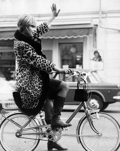 Durante siglos las bicicletas han sido un pilar importante en la lucha de la mujer por la igualdad. Hoy el ciclismo femenino vive un auténtico boom. Lo que hoy vemos como un simple vehículo de dos ruedas fue toda una revolución para el hombre, pero lo fue aun más para la mujer. La bicicleta en …