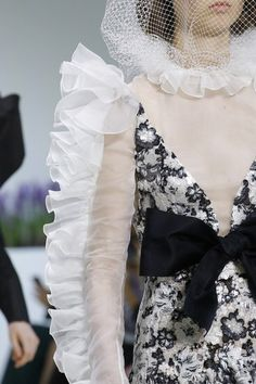Giambattista Valli Fall 2018 Couture Fashion Show Details: See detail photos for Giambattista Valli Fall 2018 Couture collection. Look 82 White Fashion, Love Fashion, Trendy Fashion, Runway Fashion, Fashion Show, Fashion Outfits, Couture Details, Fashion Details, Fashion Design For Kids