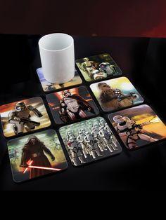 Star Wars 3D Untersetzer-Set für Gläser! Mit verschiedenen Motiven aus Episode VII: Das Erwachen der Macht sind diese 'Bier-Deckel' mit vielen bekannten Figuren wie C3PO, R2D2, den Stormtrooper und dem Wookie Chewbacca, neben neuen, wie Rey, BB-8, Captain Phasma, Kylo Ren und den Flametrooper, ein echter Hingucker - nicht nur für SciFi-Fans!