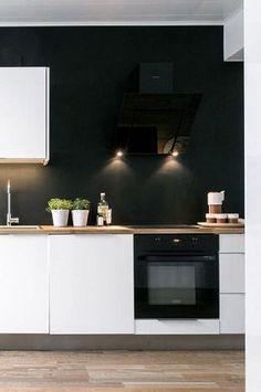Un mur noir avec une cuisine blanche agencée en L | Un, Plan de ...