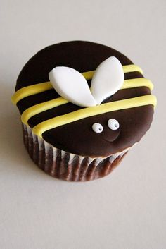 Cute bumble bee cupcake Peanut Butter Sheet Cake (even more amazing as a layer cake b/c the icing is to die for) I LOVE this cake! Cute Cupcakes, Cupcake Cookies, Bumble Bee Cupcakes, Peanut Butter Sheet Cake, Bee Cakes, Bee Theme, Bees Knees, Creative Cakes, Cute Food