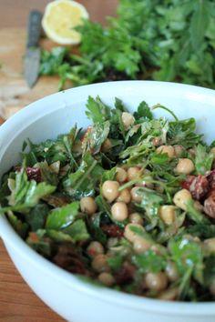 Zu diesem Salat haben mich tatsächlich diese Blabla-to-go Snacks inspiriert, die man gerade überall kaufen kann. Meiner ist natürlich viel leckerer als alle anderen :-) Zutaten (für drei Portione…