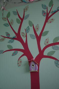 Hier habe ich einen Baum an die Wand gemalt, dann die Blätter aus Papier ausgeschnitten und mit Posterkentgummi an die Wand gepappt. Das Dekovogelhäuschen einfach an den Baum hängen und fertig.
